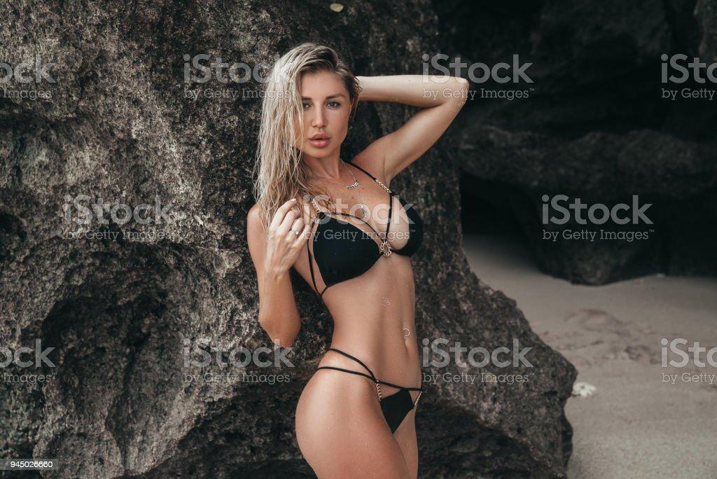 Rubia Pechos Baño Una Un En Con Grandes Negro Traje De Chica TikOuPXZ