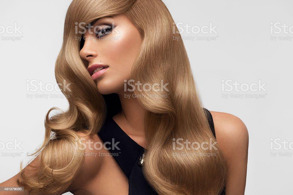 Blondes Haar. Porträt des wunderschönen Blonde mit langen GEWELLTES HAAR. – Foto