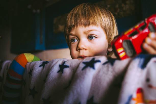 blondes kind spielt mit auto spielzeug - etagenbett weiss stock-fotos und bilder