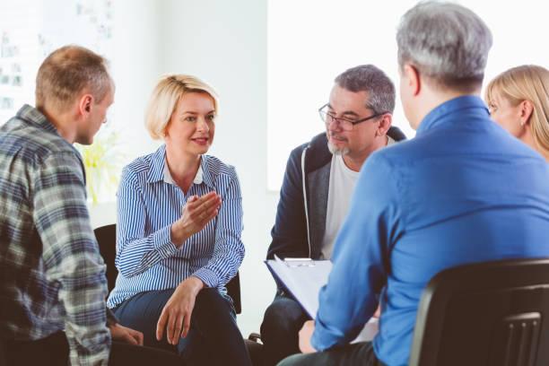 Blonde reife Frau teilen Probleme während des Treffens – Foto