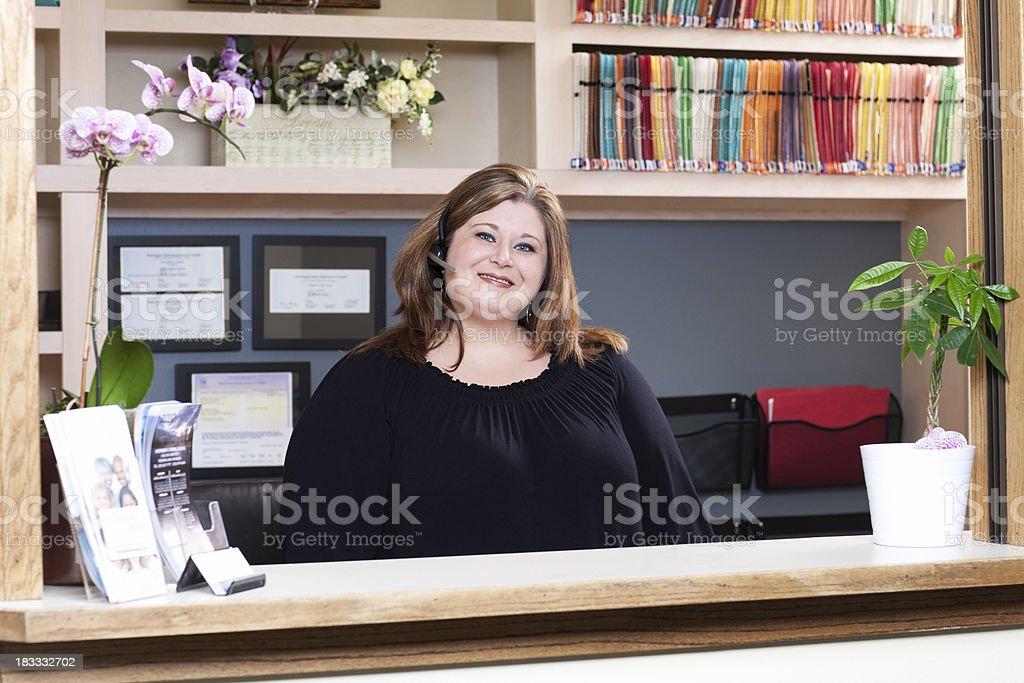 Blondes Empfang im Headset bei Dental Büro der Rezeption – Foto