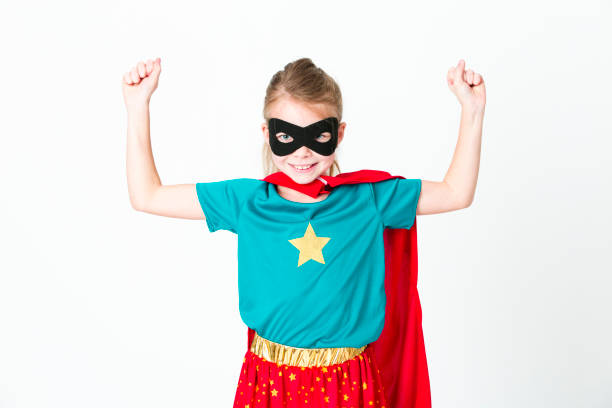 Blondes Supergirl mit schwarzer Maske und rotem Kap – Foto