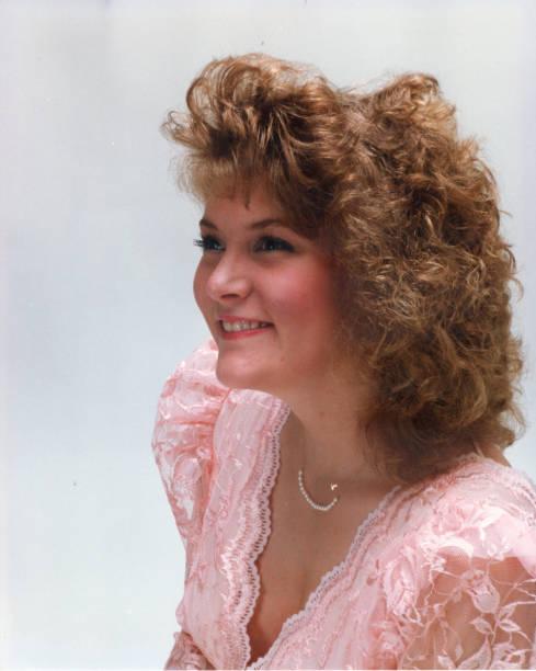 blondes junges mädchen im rosa kleid - 80er outfit stock-fotos und bilder