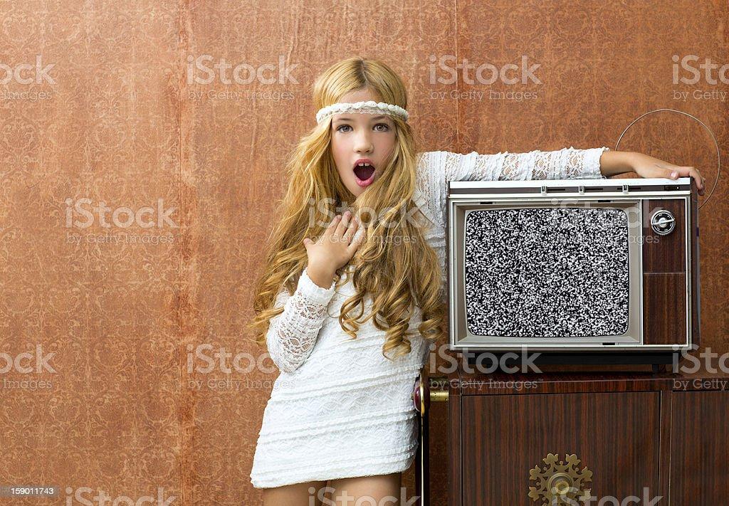 Blondes vintage 70er Jahre Kind Mädchen mit retro-Holz-überraschte – Foto