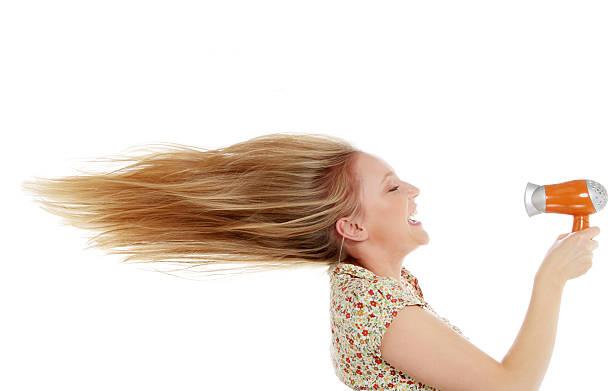 blonden frau und haartrockner - haarfön stock-fotos und bilder