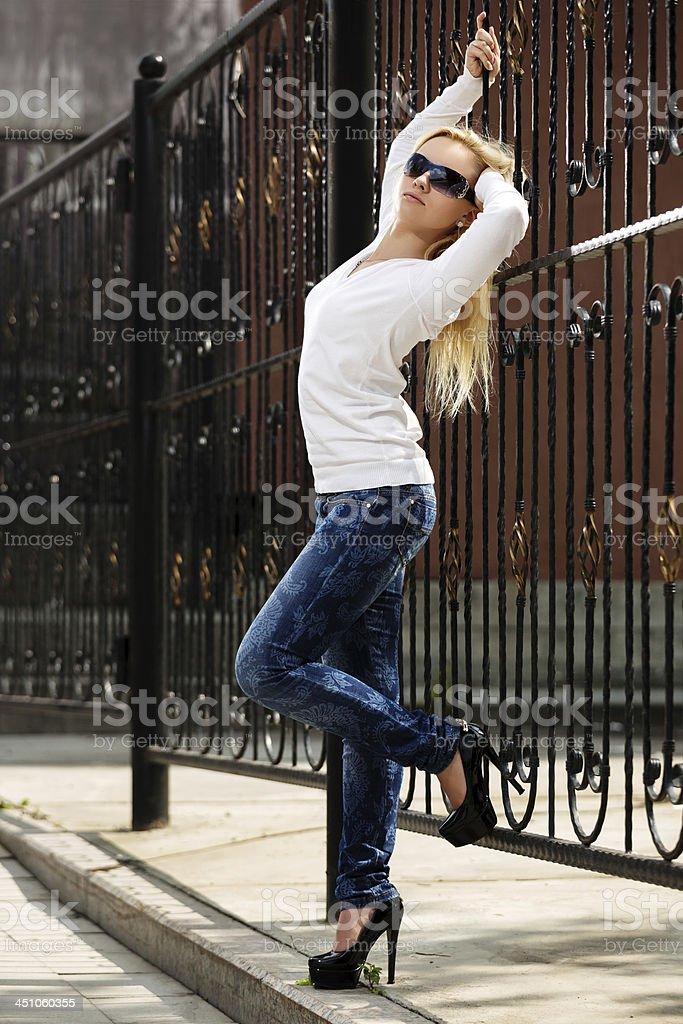 Блондинка Под Забором