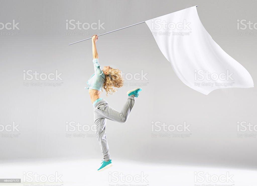 Rubia mujer sosteniendo la bandera - foto de stock