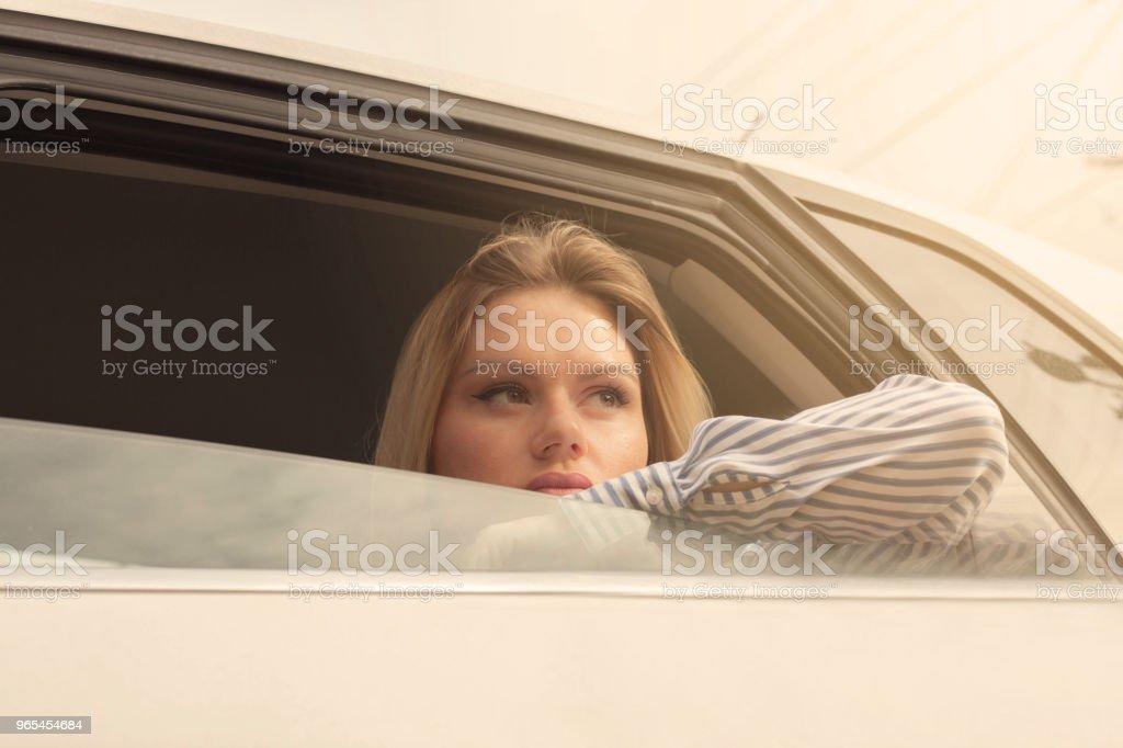 Blond woman in car. zbiór zdjęć royalty-free