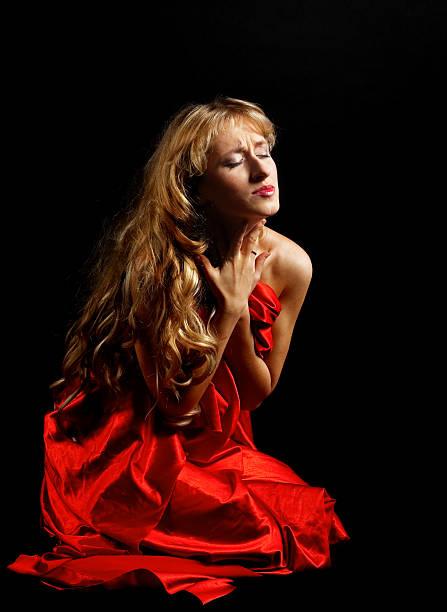 Blonden Frau in roten painfull Emotionen – Foto