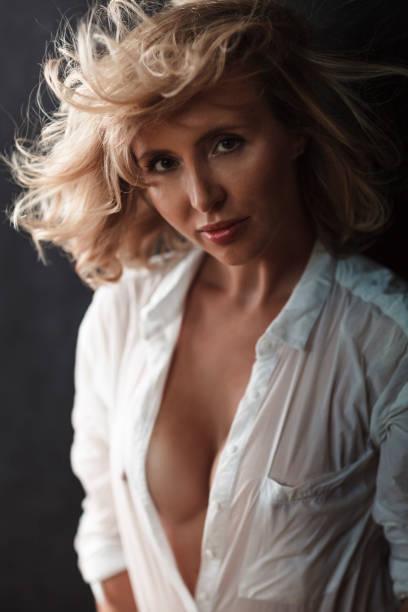 Blonde Frau In weißem Hemd – Foto
