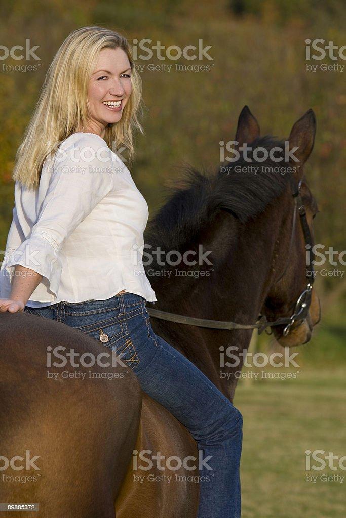 Blonden Frau auf einem Pferd Lizenzfreies stock-foto