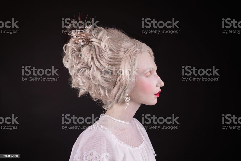 Blonde Frau Mit Schonen Luxuriosen Rokoko Frisur Im Weissen Kleid Auf
