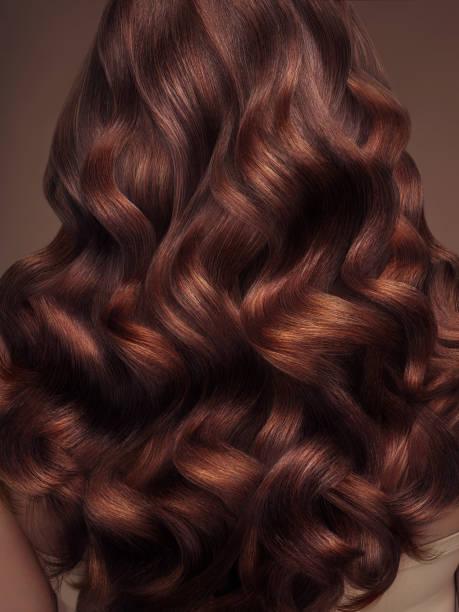blonde frau mit langen und glänzenden haaren - braunes haar stock-fotos und bilder