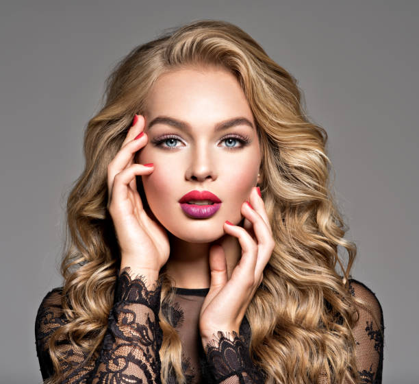 Blonde Frau mit schönen langen lockigen Haaren. Make-up. Fashion Make-up. – Foto