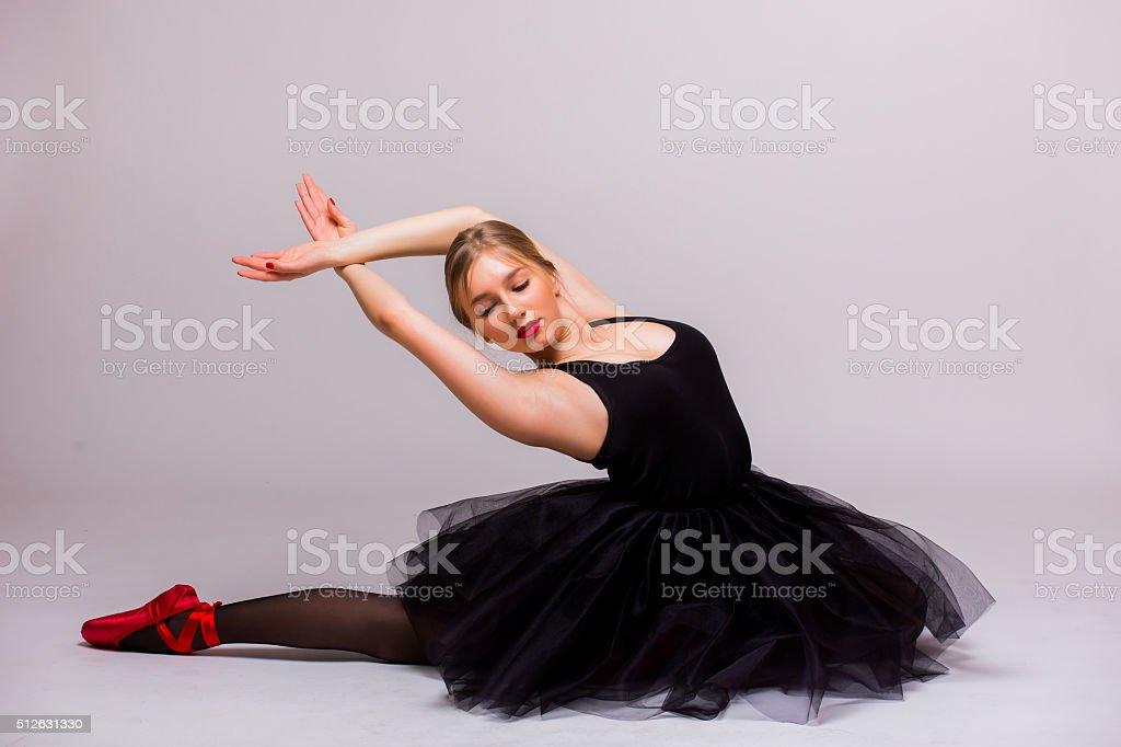 Chica vestida de negro bailando