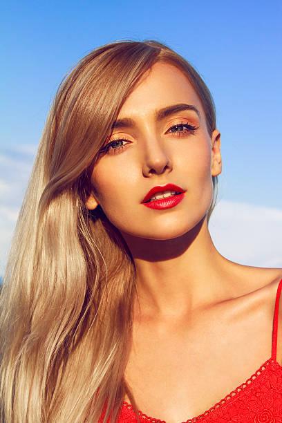blonde beauty in red - pailletten shirt stock-fotos und bilder