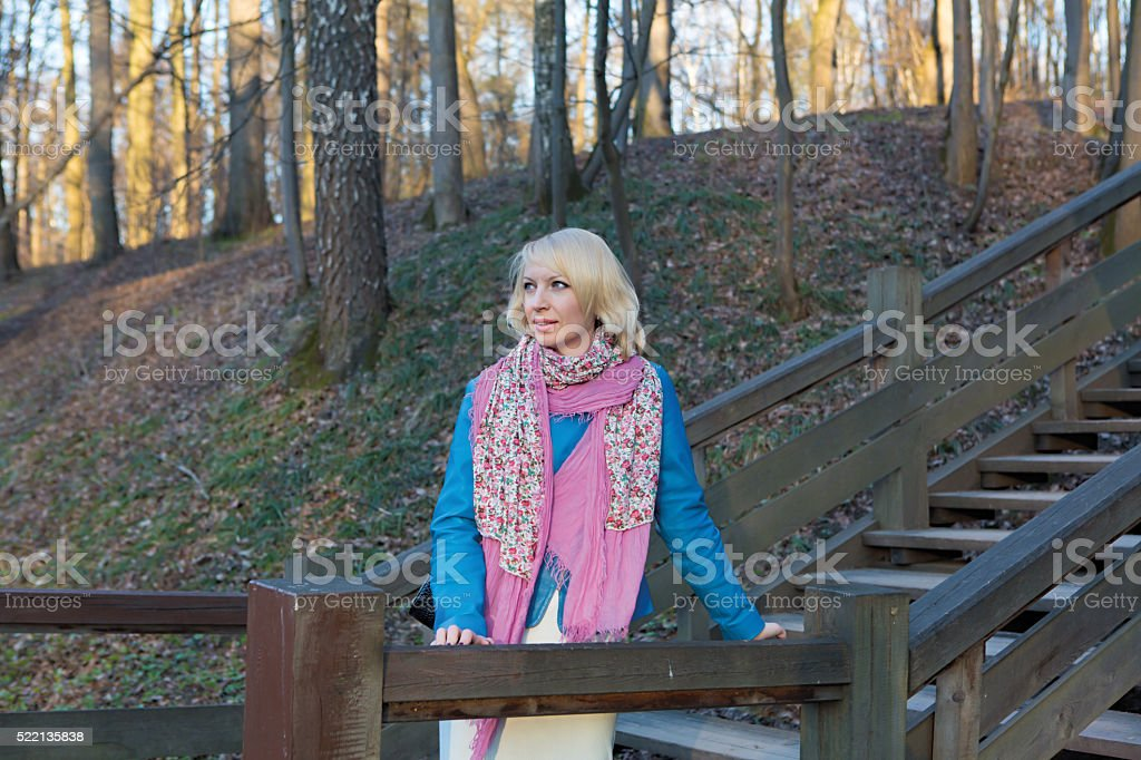 Blondine Schönheit Frau in einem park. – Foto