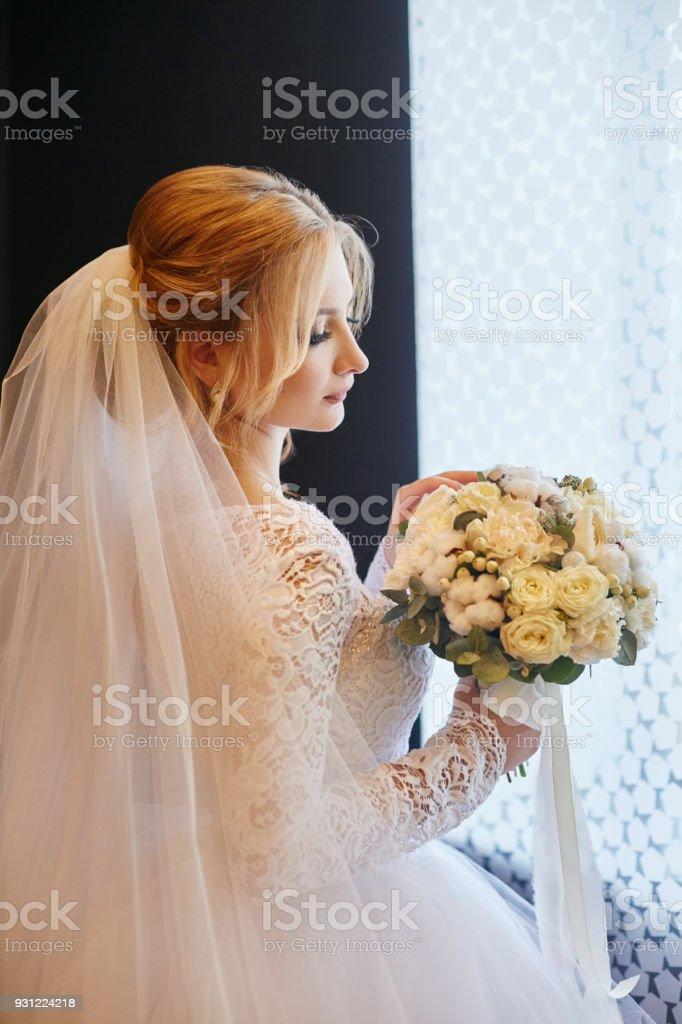 Blonde Braut In Ein Weisses Hochzeitskleid Und Einen Langen Schleier