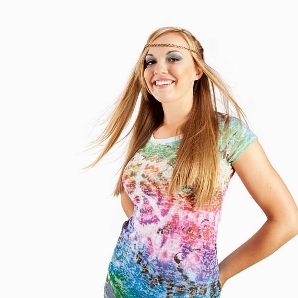 blonde weibliche model im 60er-outfit - hippie kostüm damen stock-fotos und bilder