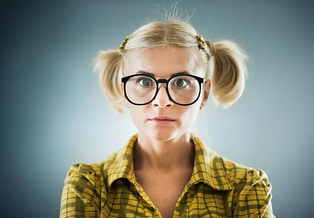 blonde geek-frau vor der tafel. - geek t shirts stock-fotos und bilder