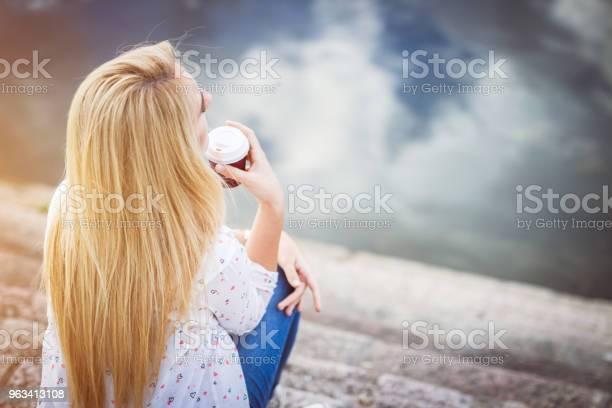 Blondynka Nad Rzeką - zdjęcia stockowe i więcej obrazów 20-29 lat