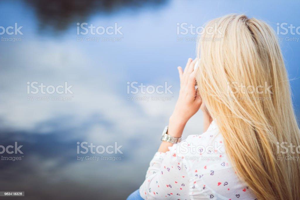 Jeune fille blonde au bord de la rivière - Photo de Assis libre de droits
