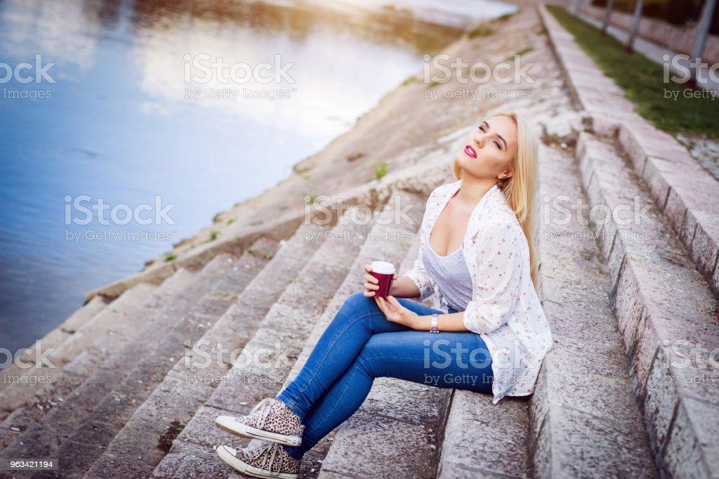 Jeune fille blonde au bord de la rivière - Photo de Angle libre de droits