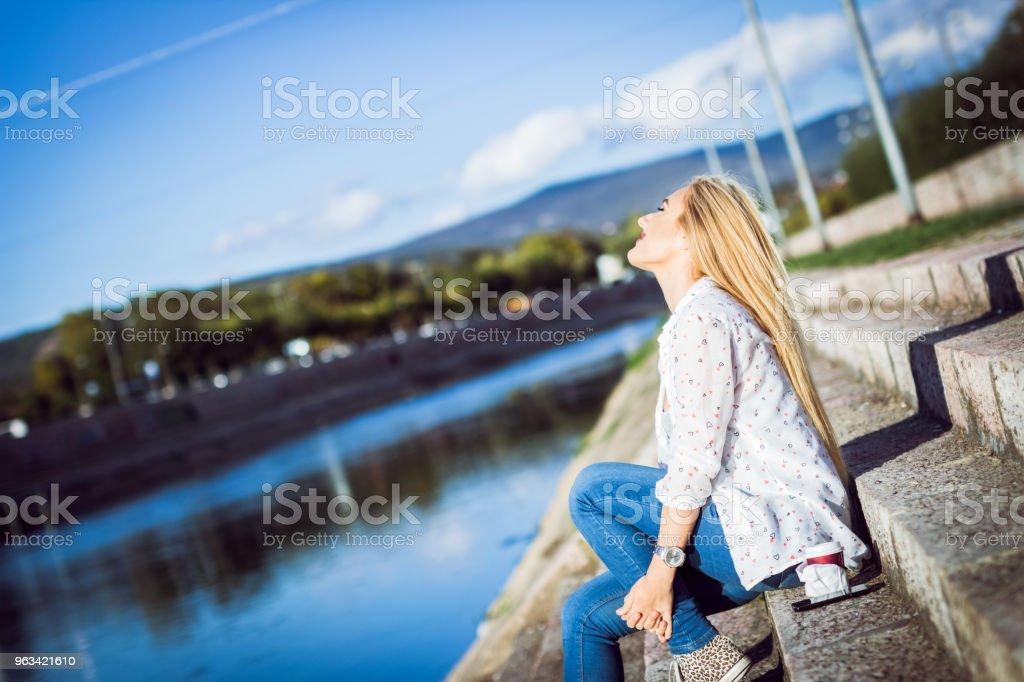 Blondynka nad rzeką - Zbiór zdjęć royalty-free (20-29 lat)