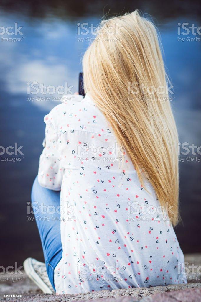 Jeune fille blonde par derrière - Photo de Application mobile libre de droits
