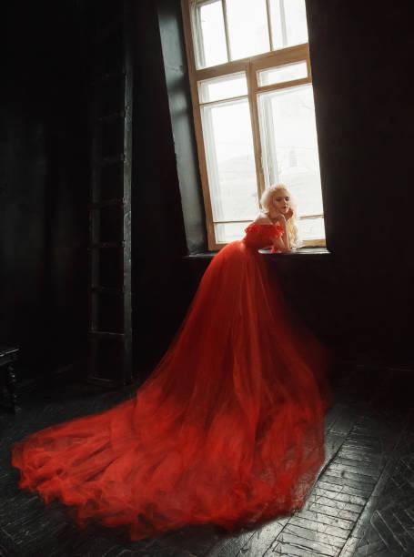 blondes mädchen in einem luxuriösen kleid mit langer schleppe. - tüllkleid stock-fotos und bilder