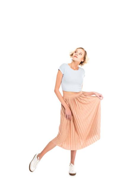 blonde mädchen in rosa rock posiert und wegsehen - damen rock pink stock-fotos und bilder