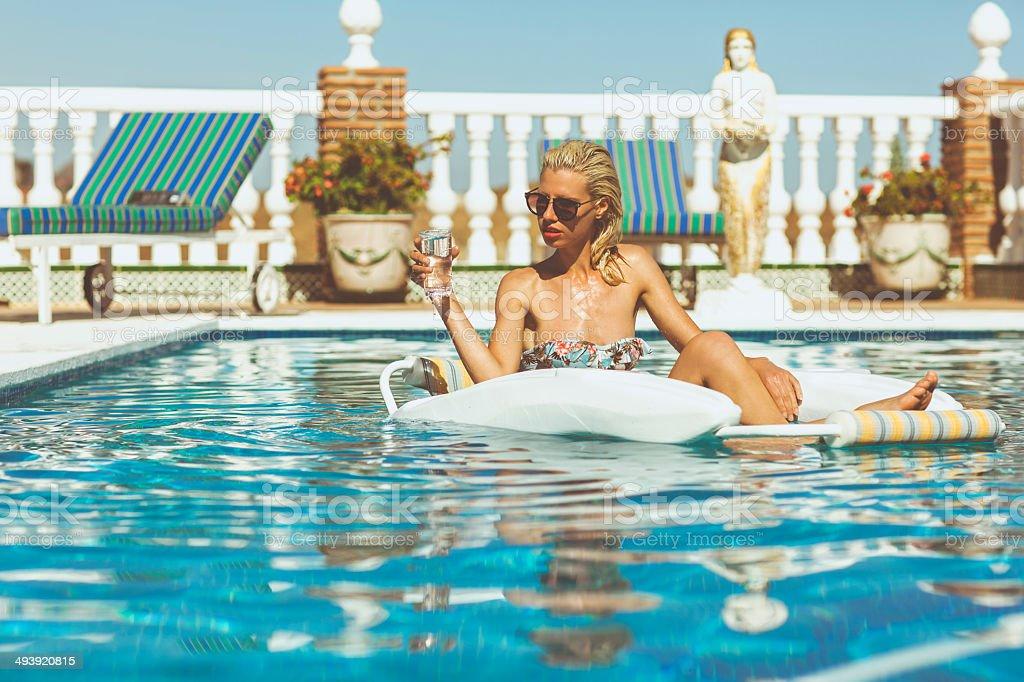 Блондинка у бассейна