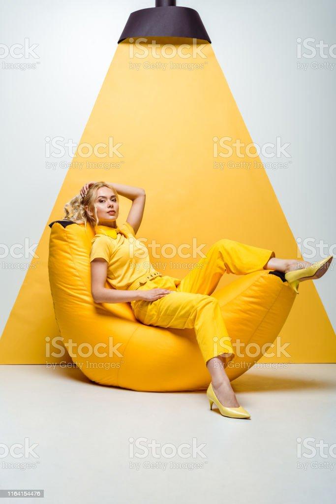 Wondrous Foto De Menina Loura Que Sentase Na Cadeira Do Saco De Gmtry Best Dining Table And Chair Ideas Images Gmtryco