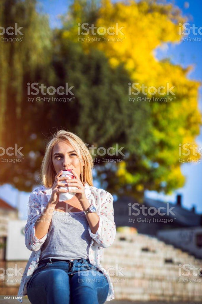 Blonde girl sitting on plateau - Zbiór zdjęć royalty-free (20-29 lat)