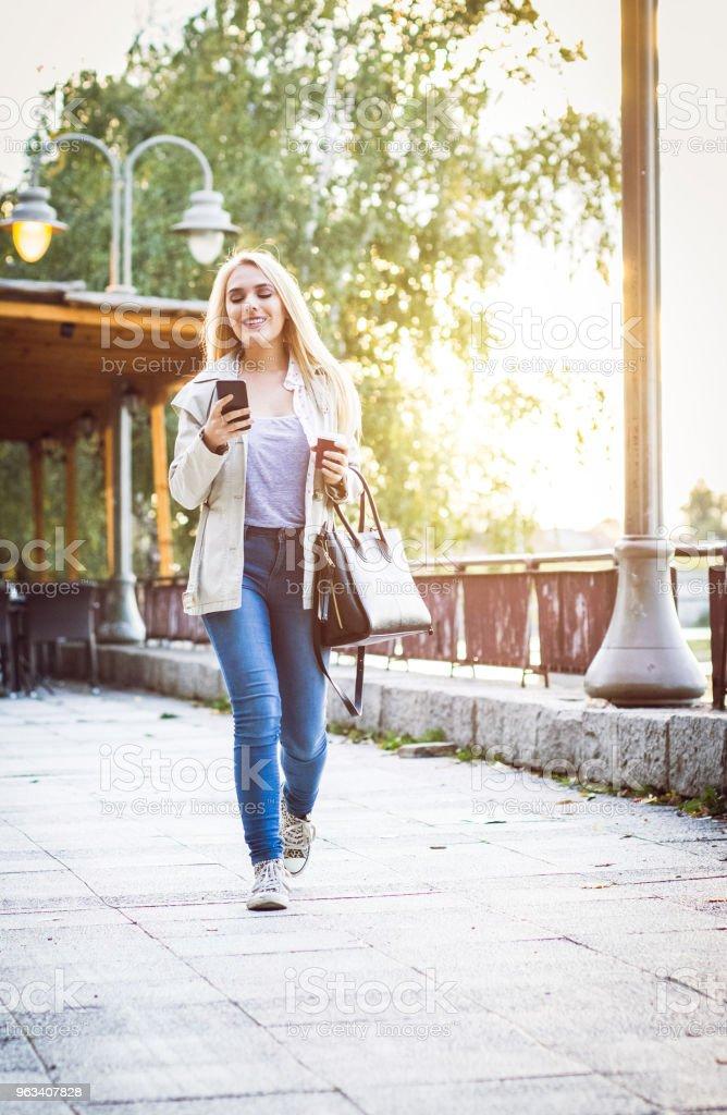 Blondynka na spacerze w parku - Zbiór zdjęć royalty-free (20-29 lat)