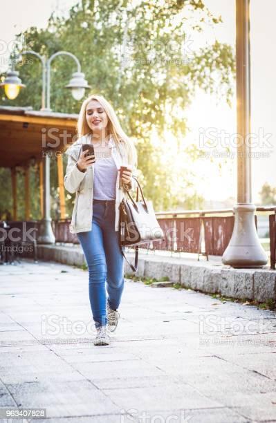 Blondynka Na Spacerze W Parku - zdjęcia stockowe i więcej obrazów 20-29 lat