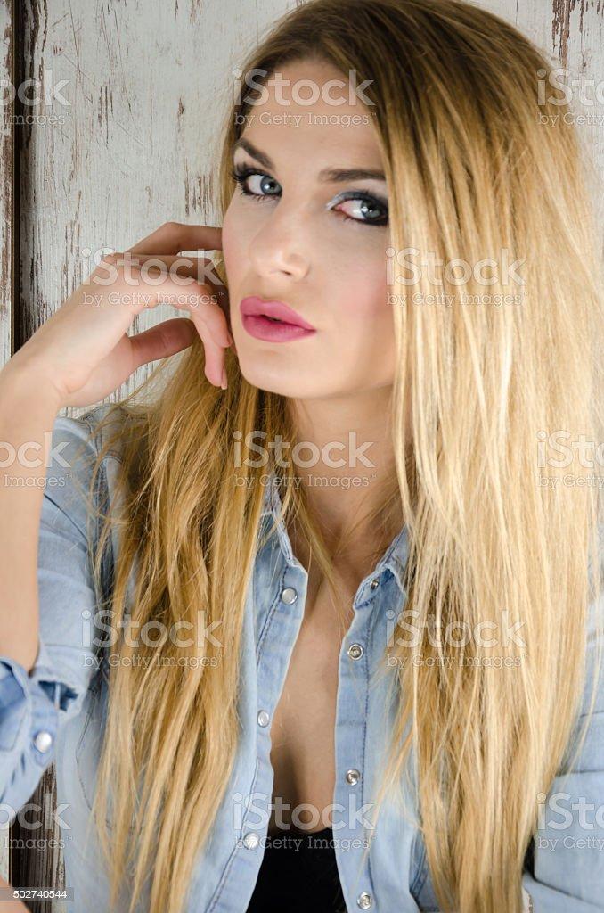 Menina loira com uma jaqueta em denim - foto de acervo