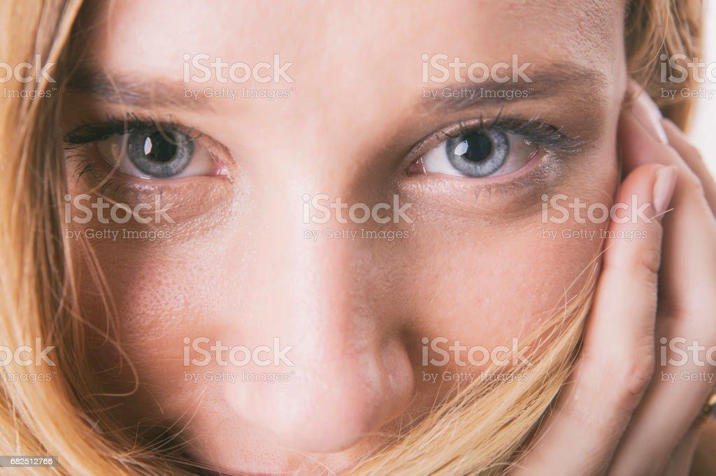 Chica rubia con ojos azules mirando a cámara foto de stock libre de derechos