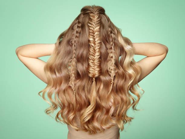 menina loira com cabelos cacheados longa e brilhante - longo - fotografias e filmes do acervo