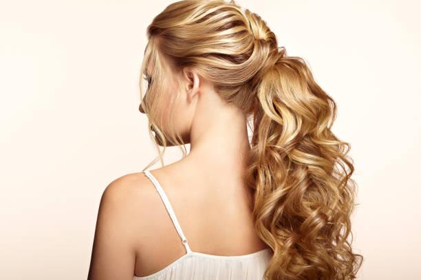 chica rubia con pelo rizado largo y brillante - chica rubia espaldas fotografías e imágenes de stock