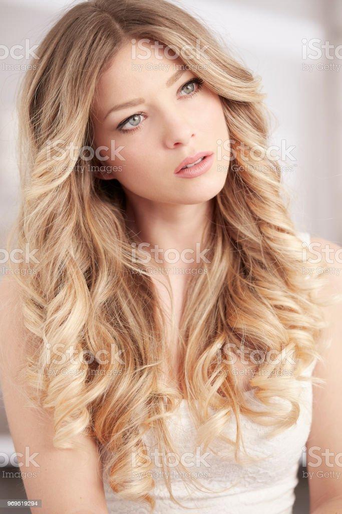 Blonde Madchen Mit Langen Locken Haare Und Blaue Augenportrat