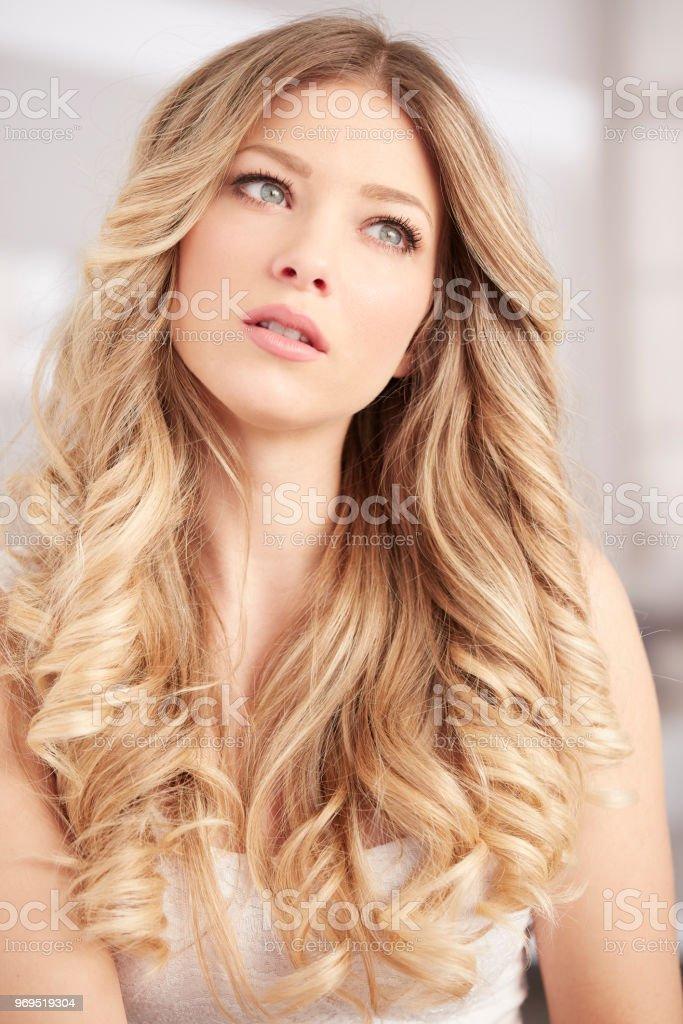 Blonde Mädchen Mit Langen Locken Haare Und Blaue Augenporträt