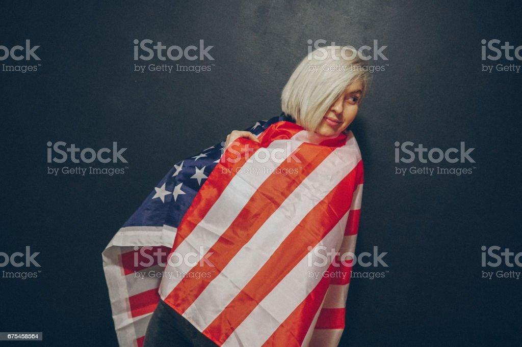 Jeune fille blonde avec drapeau USA photo libre de droits