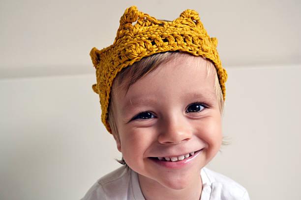 blonde haare kleiner junge in einen modischen krone - prinzenkrone stock-fotos und bilder