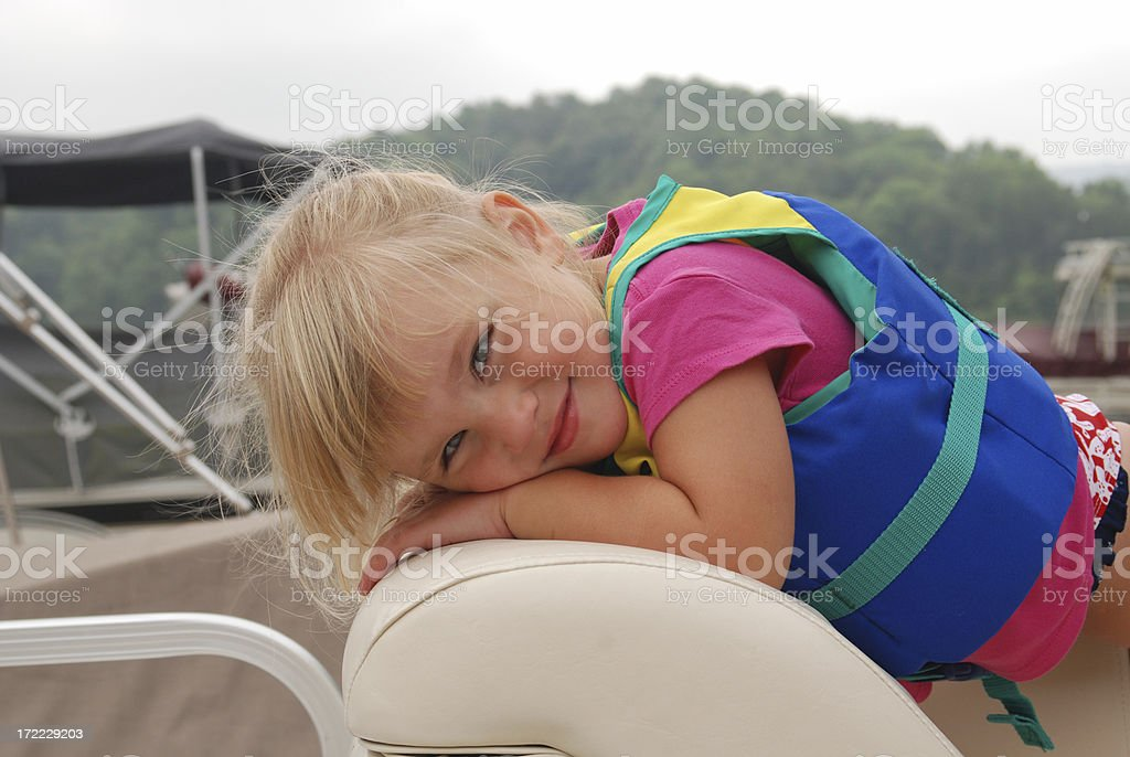 Rubia pelo niño en una embarcación - foto de stock