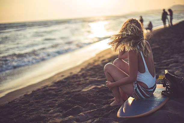 blonde surfgirl - haare ohne lockenstab wellen stock-fotos und bilder