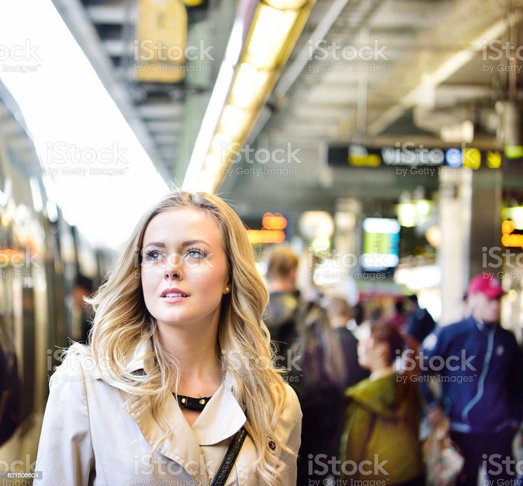 Femme Blonde suédois l'entrée de métro de banlieue photo libre de droits
