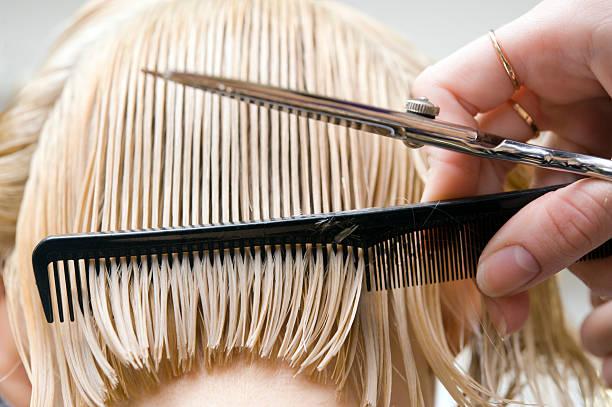 blonde femme au salon de coiffure - couper les cheveux photos et images de collection