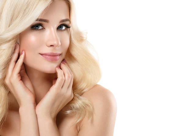 blonde frau schönes porträt. kosmetik-konzept, platin blonde haare modell mädchen mit maniküre. studio gedreht - frisuren für schulterlanges haar stock-fotos und bilder