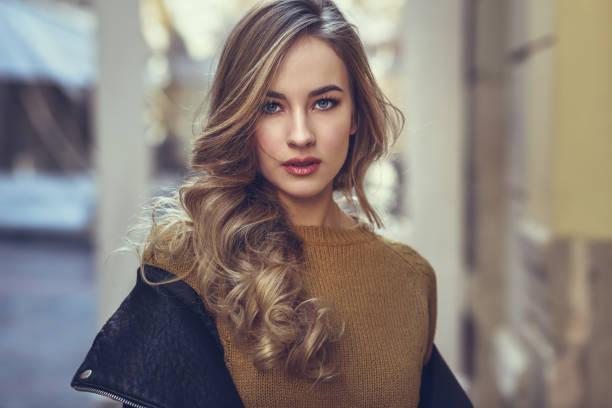 mujer rubia en fondo urbano. - moda de otoño fotografías e imágenes de stock